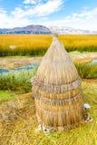 Islas flotantes en el lago Titicaca Puno, Perú, Suramérica, cubierta con paja a casa. Raíz densa que las plantas entretejen Fotografía de archivo libre de regalías