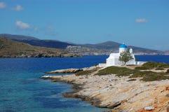 Islas griegas, pequeños amorgos de la iglesia Imágenes de archivo libres de regalías