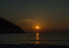 Islas jónicas de la puesta del sol de la playa de Myrtos Imagen de archivo