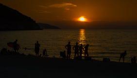 Islas jónicas de la puesta del sol de la playa de Myrtos Imagenes de archivo