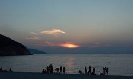 Islas jónicas de la puesta del sol de la playa de Myrtos Fotografía de archivo