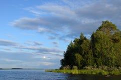 Islas norteñas del bosque en un lago enorme Foto de archivo