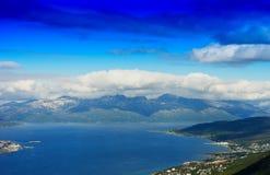 Islas nórdicas bajo fondo de las nubes Foto de archivo libre de regalías