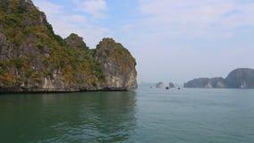Islas rocosas en las aguas de la bah?a larga de la ha Cat Ba Island, Vietnam metrajes