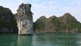 Islas rocosas en las aguas de la bah?a larga de la ha Cat Ba Island, Vietnam almacen de video