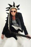 islated skraj gitarrist för kvinnlig Royaltyfria Bilder
