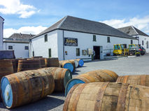 Islay, Σκωτία - Sseptember 11 2015: Ο ήλιος λάμπει στην αποθήκη εμπορευμάτων οινοπνευματοποιιών Ardbeg Στοκ Εικόνα