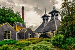 ISLAY, REGNO UNITO - 26 agosto 2013: Costruzioni della fabbrica della distilleria di Strathisla, Scozia fotografia stock