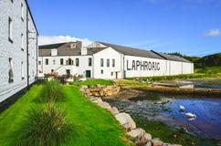 ISLAY, REGNO UNITO - 25 agosto 2013: Fabbrica della distilleria di Laphroaig Fotografia Stock Libera da Diritti