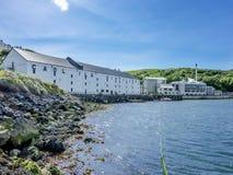 Islay, Schotland - Juni 2, 2014: Wisky die in de huizen van Caol Ila opslaan Stock Foto's