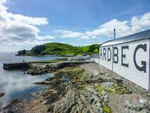 Islay, Scozia - Sseptember 11 2015: Il sole splende sul magazzino della distilleria di Ardbeg fotografia stock