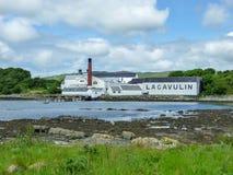 Islay, Scozia - Sseptember 11 2015: Il sole splende sul magazzino della distilleria di Lagavulin immagine stock