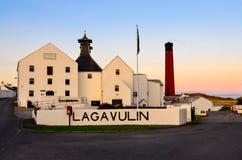 ISLAY, ZJEDNOCZONE KRÓLESTWO - 25 2013 Sierpień: Lagavulin destylarni fabryka Obraz Royalty Free