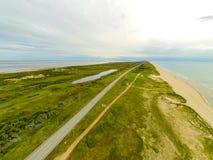 Isle De马德琳沙丘和高速公路空中照片  免版税库存图片