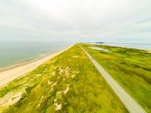 Isle De马德琳沙丘和高速公路空中照片  库存图片