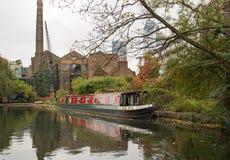 Islington 10月2017年,伦敦,在运河的一艘驳船在Islington 库存图片