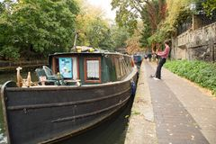 Islington 10月2017年,伦敦,在运河的一艘驳船在Islington 库存照片