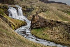 Isländsk vattenfall och ström Arkivbild