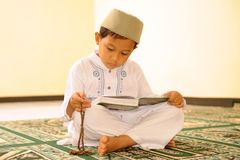 Islão, leitura Qur'an da criança Foto de Stock