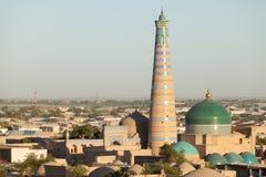 Islom Hoja minaret och Madrasa i Khiva Arkivbild