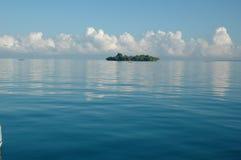 Islote en la costa del norte de Mozambique Fotos de archivo libres de regalías