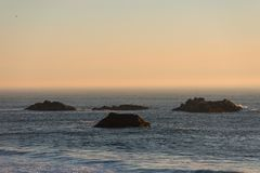 Islotes que resaltan en el Océano Pacífico en una playa en Oregon meridional, los E.E.U.U. imagen de archivo