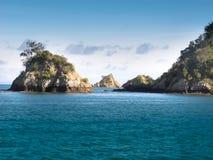 Islotes rocosos en el golfo de Hauraki Imágenes de archivo libres de regalías