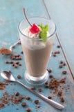 Ismockan/chokladkaffe dricker med piskad kräm Arkivfoto