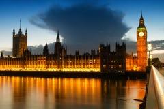 Ismoln över husen av parlamentet Royaltyfri Fotografi