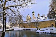 Isny,巴伐利亚冬天视图,从城市墙壁外面 免版税库存图片