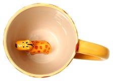 Iso жирафа прелестного взгляд сверху кружки кофе жирафа керамический покрашенный Стоковые Фотографии RF