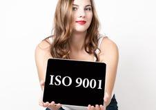 ISO 9001 escrito na tela virtual Conceito da tecnologia, do Internet e dos trabalhos em rede Mulher bonita com ombros desencapado Foto de Stock Royalty Free