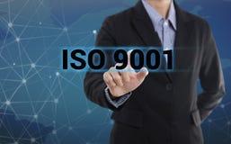 ISO 9001 för knapp för trycka på för affärsmanhand Royaltyfri Foto