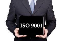 ISO 9001 som är skriftlig på den faktiska skärmen Teknologi-, internet- och nätverkandebegrepp mannen i en affärsdräkt och band r Royaltyfri Bild