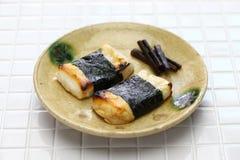 Isobeyaki, gâteau de riz japonais grillé de mochi enveloppé dans l'algue de nori photographie stock libre de droits