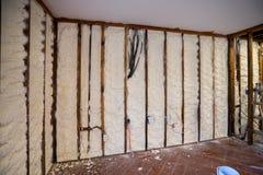 Isolação fechado da espuma do pulverizador da pilha em uma parede imagens de stock royalty free