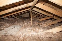 Isolação plástica da espuma de uma casa nova em um telhado novo fotografia de stock