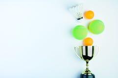 Isola золотые трофей, шарик Shuttlecock, пингпонга и теннисный мяч Стоковые Изображения