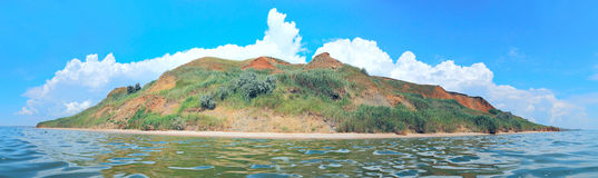 Isola abbandonata nel mare immagini stock