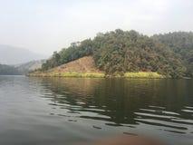 Isola accanto al lago immagini stock