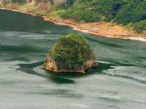 Isola all'interno del lago taal della caldera del vulcano Immagine Stock