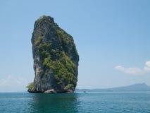 Isola alla baia di Phang Nga, Tailandia Immagine Stock