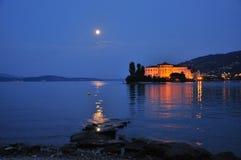 Isola Bella, Lago Maggiore,意大利。夜视图和月亮。 库存照片
