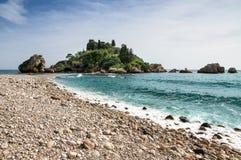Isola Bella sikt i Taormina, Sicilien, Italien Den härliga lilla ön med dess kiselsten- och turkosblått för strand vatten arkivbilder