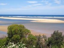Isola bianca del banco di sabbia in oceano blu dai cespugli Immagine Stock Libera da Diritti