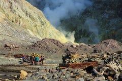 Isola bianca, Nuova Zelanda Turisti in un paesaggio di vapore e di zolfo vulcanici Immagine Stock