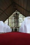 Isola in cappella con l'incrocio di legno Fotografia Stock