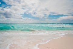 Isola con la bella sabbia bianca immagini stock libere da diritti