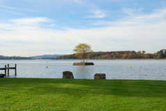Isola con un albero sul lago Chiemsee in autunno Immagini Stock Libere da Diritti