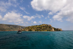 Isola d'avvicinamento di Spinalonga fotografia stock libera da diritti